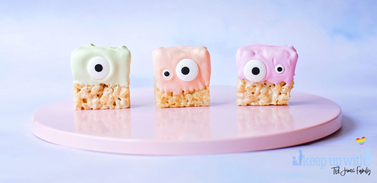 Image shows three Sweet little alien krispie treats stood on a pink circular cake stand. Image by Sara-Jayne for Keep Up With The Jones Family.